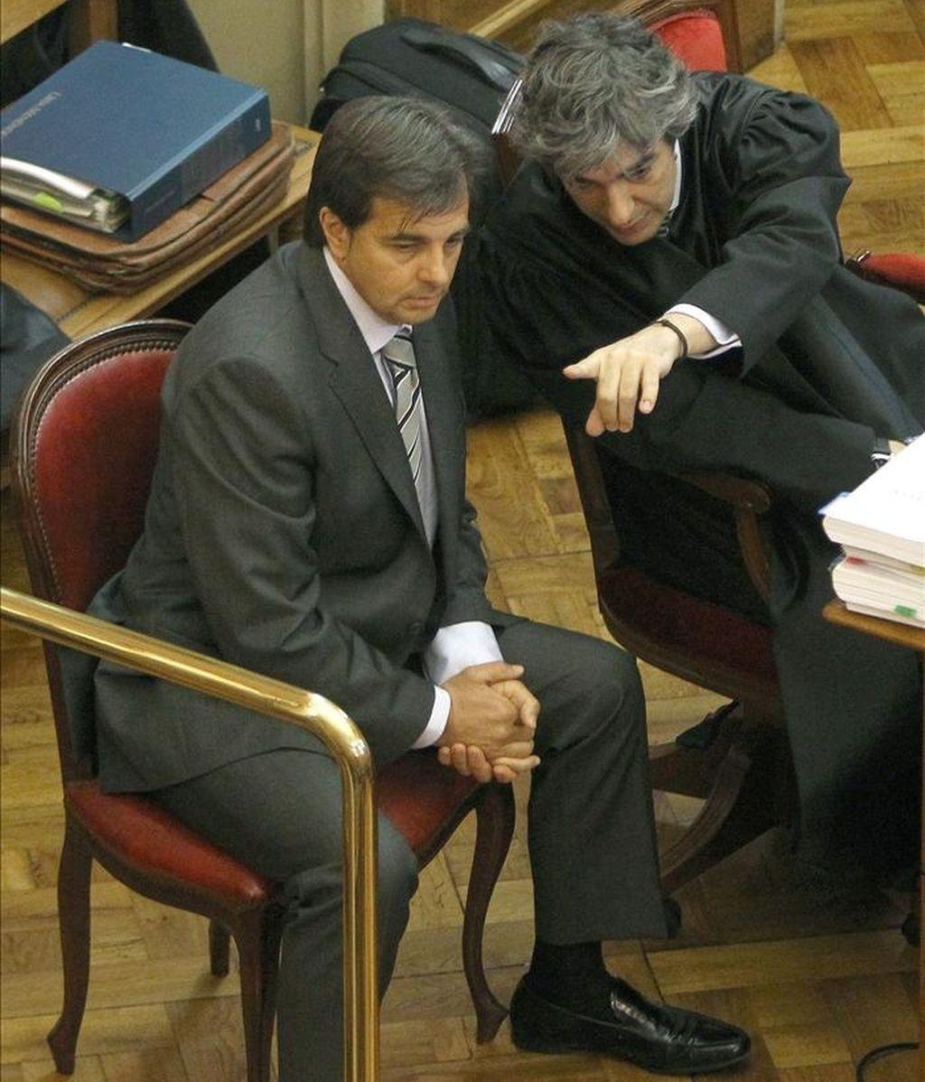 El yerno y jefe de seguridad de los joyeros Tous, Lluís Corominas (i), acusado de matar a un presunto ladrón conversa con su abogado durante el juicio. EFE
