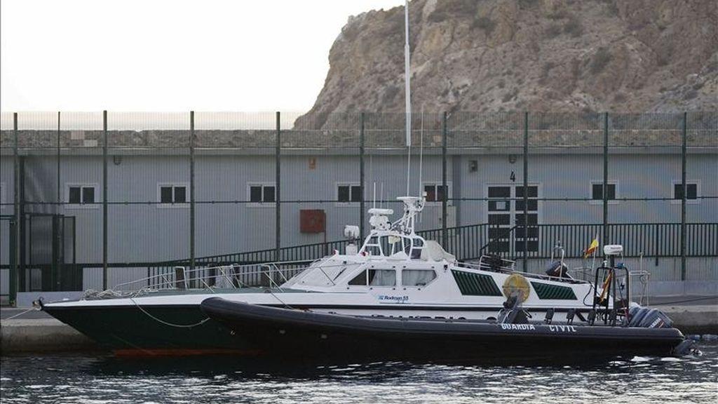 Una embarcación de la Guardia Civil permanece atracada frente al Centro de Internamiento de Inmigrantes, en el puerto de Almería. EFE/Archivo