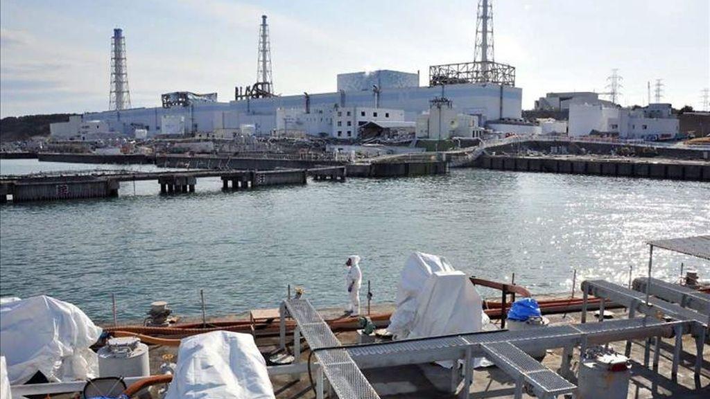 Fotografía de cortesía del 3 de abril de 2011, que muestra a una embarcación militar estadounidense que lleva agua pura, cerca de la planta nuclear de Fukushima Daiichi, en la prefectura de Fukushima al noreste de Japón. EFE