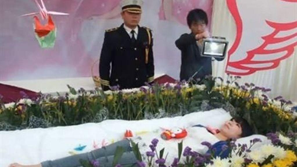 Una joven china crea y vive su propio funeral