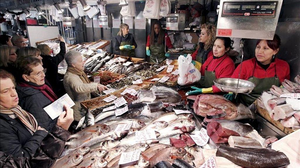 Varias mujeres realizan las compras de pescado y marisco en un mercado en Pamplona. EFE/Archivo