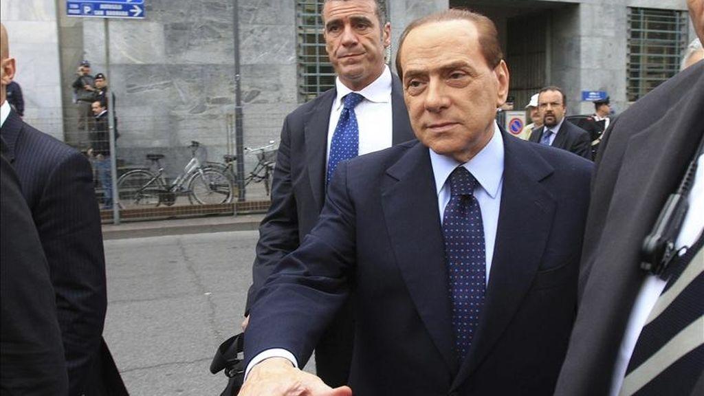 El primer ministro italiano, Silvio Berlusconi (centro), a su llegada hoy al Tribunal de Milán (Italia). EFE