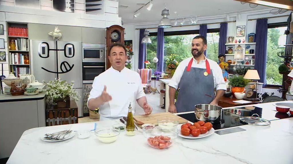 T01xP157: 'Sopa ahumada de tomate con bonito y pastel de ciruelas' con Martín Berasategui