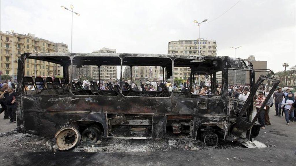 Restos de un autobús quemado en la céntrica plaza Tahrir de El Cairo, tras los violentos enfrentamientos de esta madrugada entre manifestantes y militares. EFE