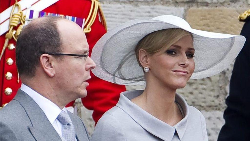 El príncipe Alberto de Mónaco y su prometida, Charlene Wittstock, abandonan la abadía de Westminster tras la boda del príncipe Guillermo y Kate Middleton en Londres (Reino Unido) el pasado  29 de abril. EFE/Archivo