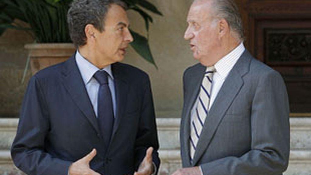 El presidente del Gobierno y el Rey en uno de sus anteriores encuentros en Marivent. Video: ATLAS
