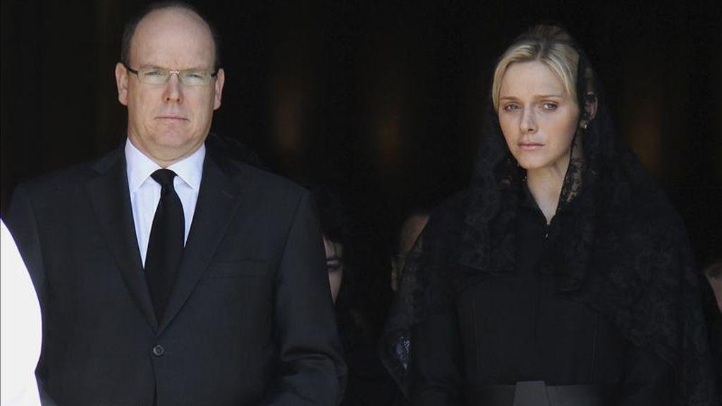 El príncipe Alberto II de Mónaco (i) y su prometida, Charlene Wittstock (d), salen de la catedral de Mónaco tras el funeral de Antonietta de Mónaco, hermana del ex soberano Rainiero III, el pasado 24 de marzo. EFE/Archivo