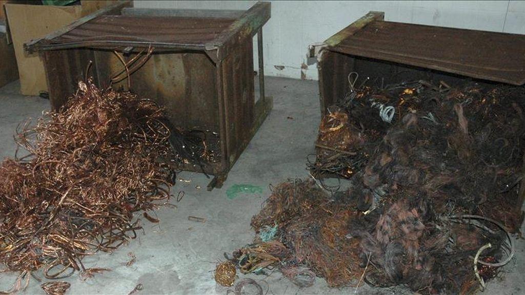 Fotografía facilitada por la Guardia Civil que muestra cobre incautado en una operación contra el robo de este material. EFE/Archivo