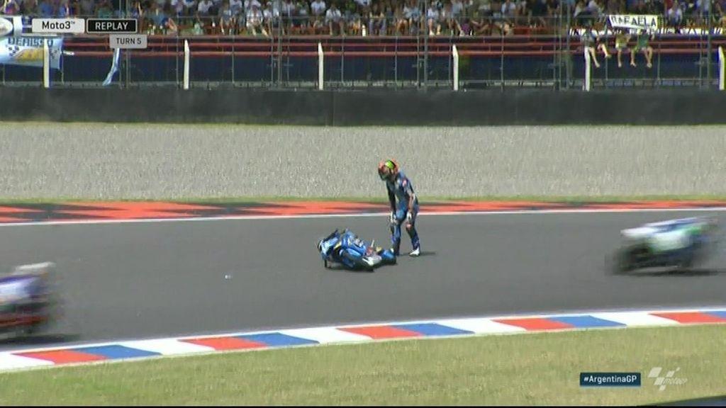 ¡Peligrosísima caída de Canet! ¡Se queda en mitad de la pista rodeado de pilotos!