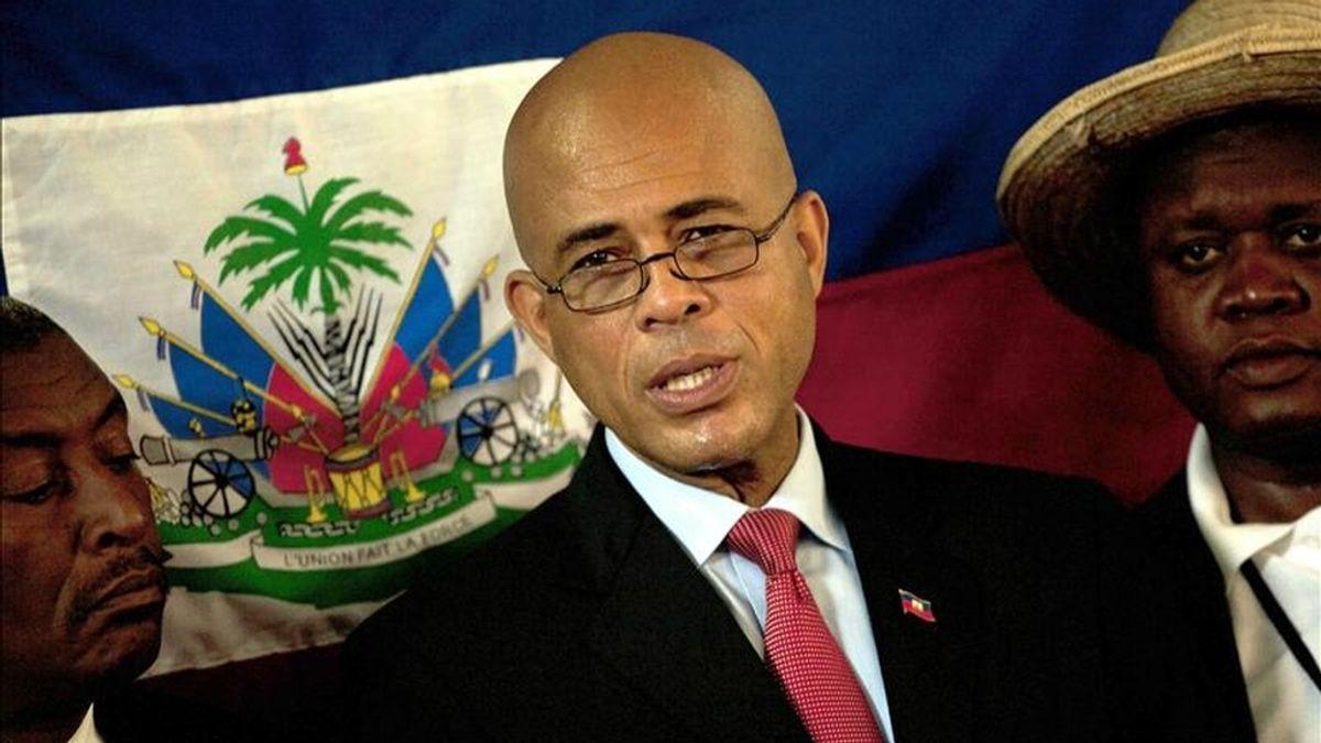El candidato presidencial por el partido Repons Peyizan, Michel Martelly (c), asiste en una rueda de prensa en su casa del sector de Peguy Ville en Puerto Príncipe (Haití). EFE/Archivo