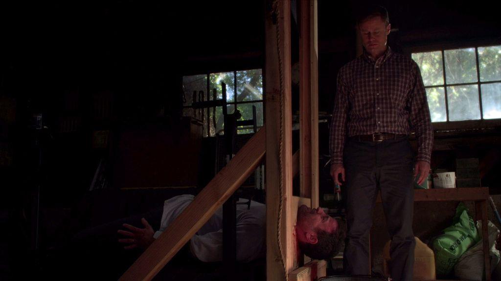 El cliente adúltero intenta convencer a su chófer antes de que le decapite con una guillotina