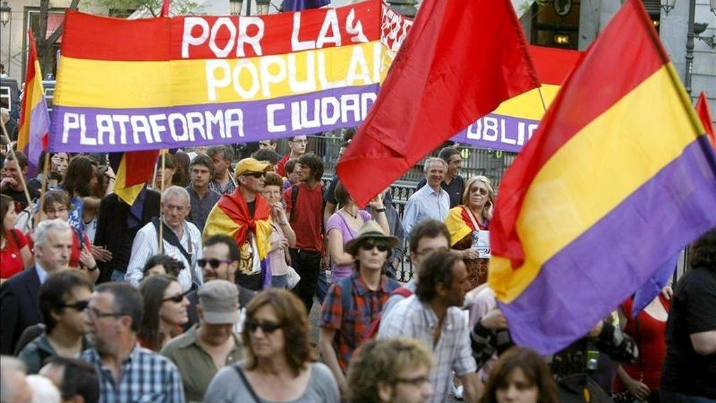 Asistentes a la manifestación convocada por el Partido Comunista de España (PCE), en favor de la República, ha transcurrido esta tarde entre la Plaza de Cibeles y la Puerta del Sol de Madrid. EFE