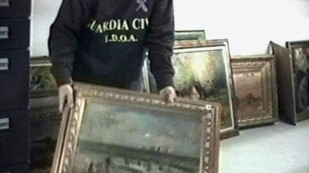 En la imagen, un Guardia Civil muestra un cuadro robado y recuperado. EFE/DArchivo