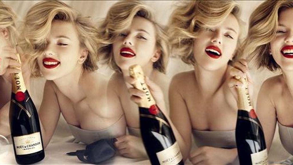 """Foto facilitada por la casa de champán francés Moët Chandon que ha presentado hoy a Scarlett Johansson como protagonista de su nueva campaña publicitaria, en la que la actriz estadounidense aparece rodeada del """"glamour"""" inherente a la marca. EFE"""