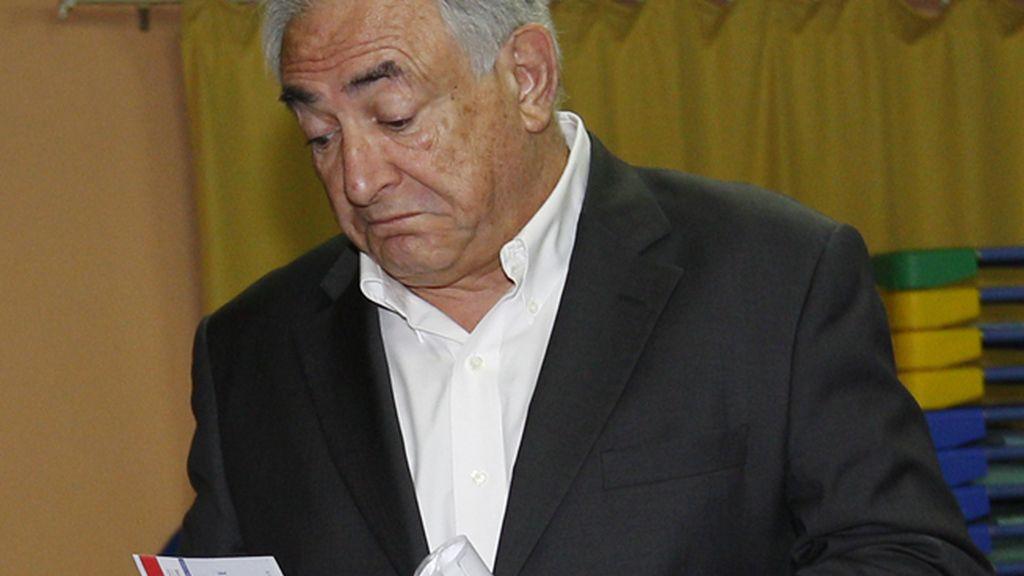 Dominique Strauss-Kahn votando en Sarcelles