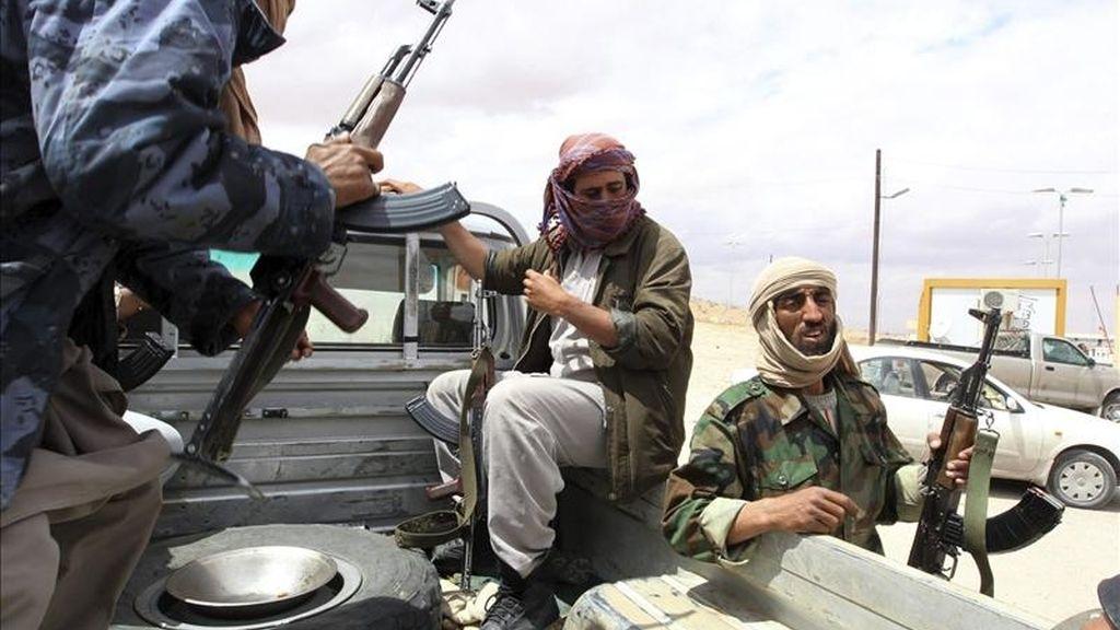 Rebeldes libios patrullan el punto fronterizo de Wazin, al sur de la frontera de Libia con Túnez. EFE