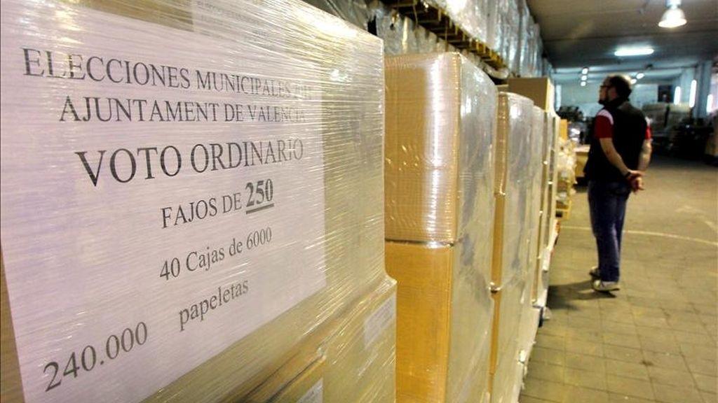 Material electoral que se usará en los comicios locales y autonómicos del 22 de mayo, en el almacén donde se encuentra guardado en Valencia. EFE