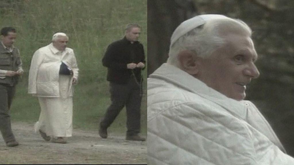 Primeras imágenes del papa emérito, Benedicto XVI, paseando por Castel Gandolfo