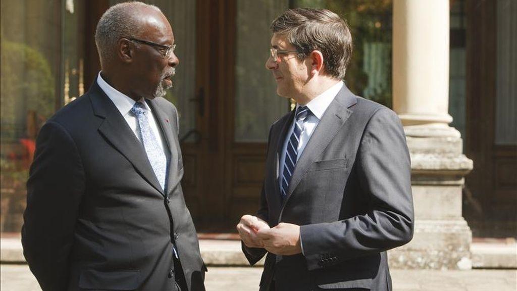 El lehendakari, Patxi López (dcha), conversa con el el presidente de la UNESCO, Davidson L. Hepburn, a las puertas del Palacio de Ajuria Enea, antes de la reunión que ambos mantuvieron hoy. EFE