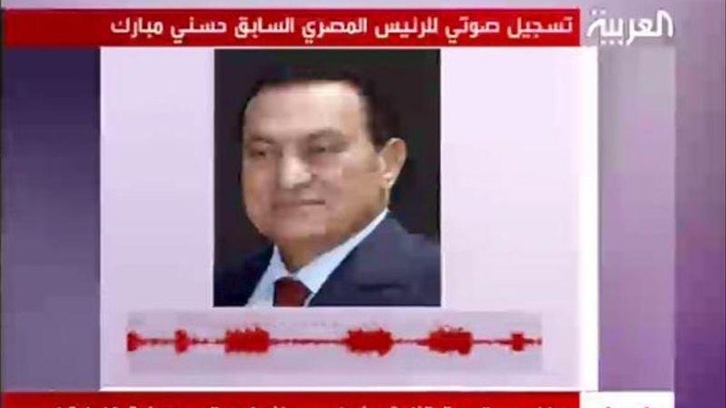 Imagen capturada de la emisión sonora que difundió hoy la cadena emiratí de televisión Al Arabiya, hecha desde Sharm el Sheij, donde el expresidente egipcio Hosni Mubarak (en la pantalla) cumple arresto domiciliario desde que cedió el poder el pasado febrero. EFE/Al Arabiya