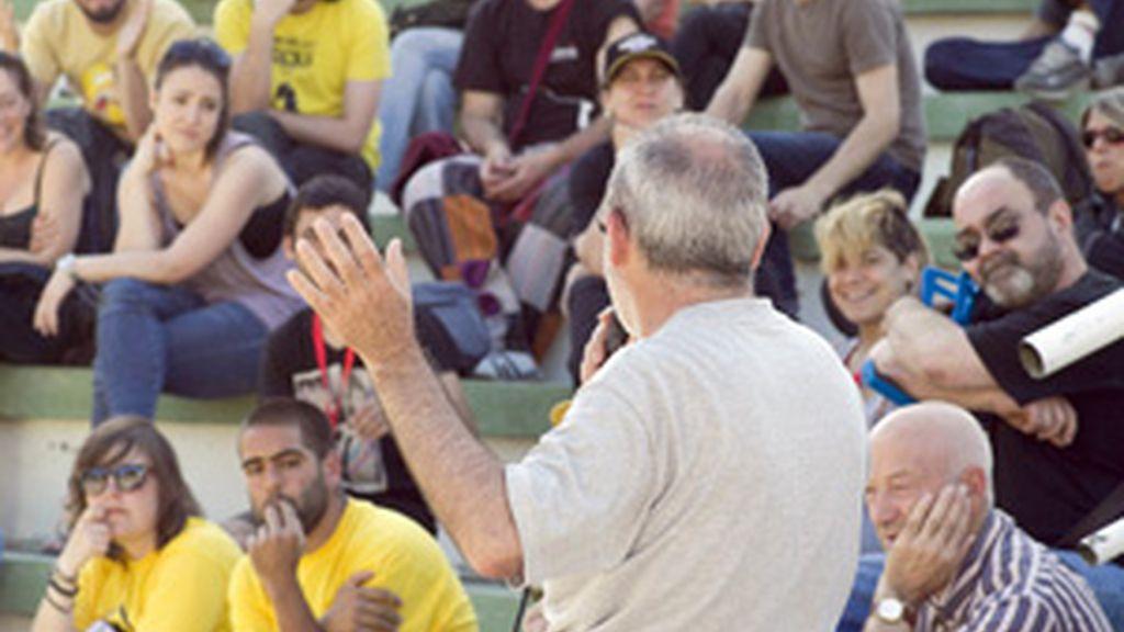 Grupo de indignados del movimiento '15-M' durante una asamblea FOTO: EFE