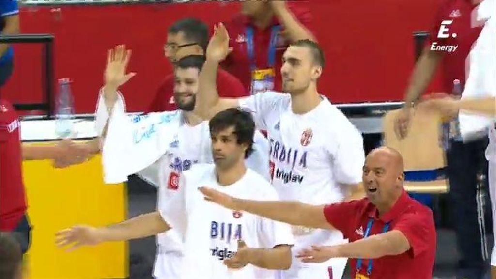 ¡De costa a costa! Serbia saca desde su canasta y anota un triple en cuatro segundos