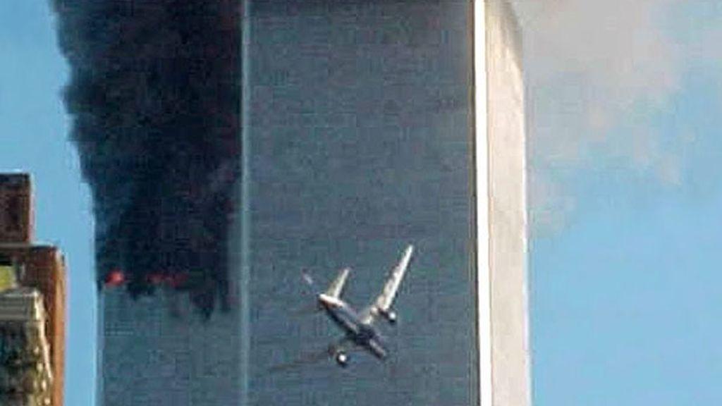 El segundo avión kamikaze segundos antes de impactar contra la torre Sur