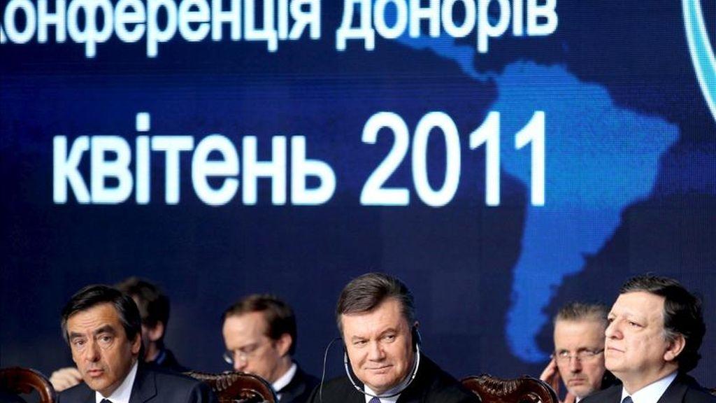 El primer ministro francés, Francois Fillon (izq); el presidente ucraniano, Víctor Yanukóvich (c), y el presidente de la Comisión Europea, José Manuel Durao Barroso (dcha), participan en la conferencia internacional de donantes celebrada en Kiev (Ucrania) hoy, 19 de abril de 2011 con motivo del 25 aniversario de la catástrofe en la central nuclear de Chernóbil, que se celebrará la semana que viene. EFE