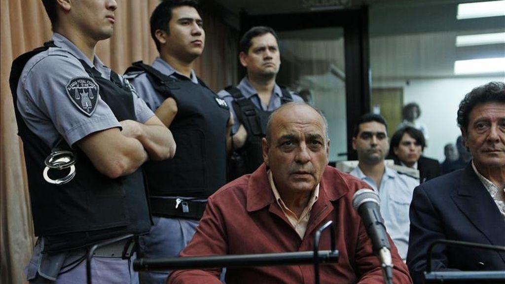 El exagente civil de inteligencia del Ejército Raúl Guglielminetti (c), es custodiado momentos antes de recibir su sentencia de 20 años de prisión este 31 de marzo en Buenos Aires (Argentina). EFE
