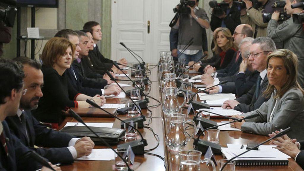 """Los ministros de Sanidad, Justicia e Interior, en la reunión que han mantenido con asociaciones de """"niños robados"""""""