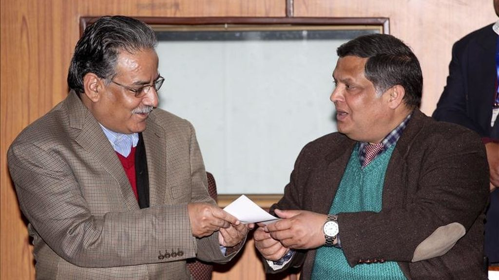 El presidente del Partido Mahoista nepalés, Prachanda (izq), presenta su candidatura para la nueva elección parlamentaria de primer ministro a Manohar Bhattrai (dcha) en el Parlamento en Katmandú (Nepal). EFE
