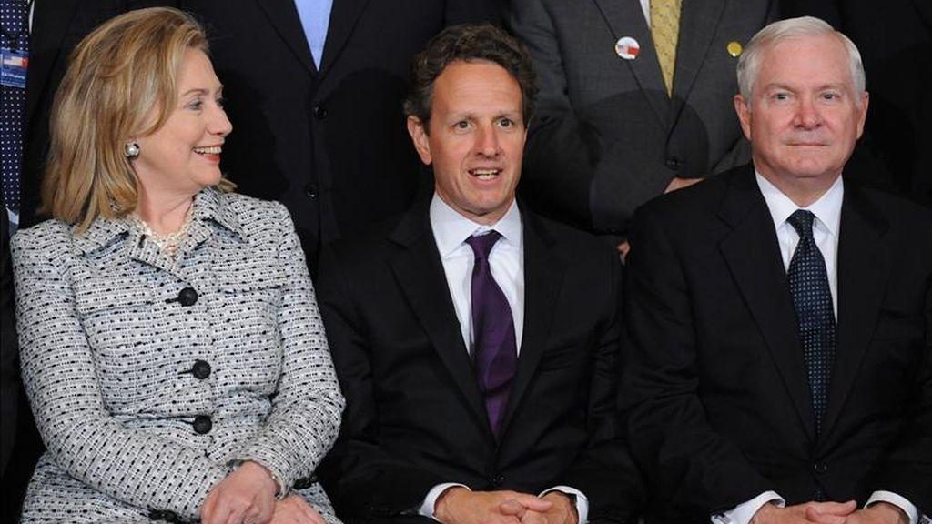 De izquierda a derecha, la secretaria de Estado estadounidense, Hillary Clinton, y sus compañeros de gabinete, del Tesoro, Timothy Geithner, y de Defensa, Robert Gates, delegados de la tercera ronda de Diálogo Estratégico y Económico entre Washington y Pekín. EFE