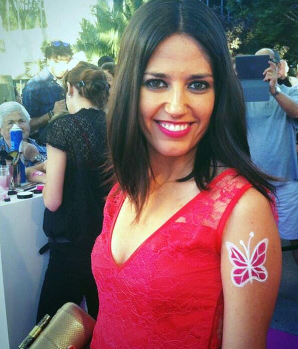 Nuestra presentadora Nuria Marín, con una mariposa en el brazo