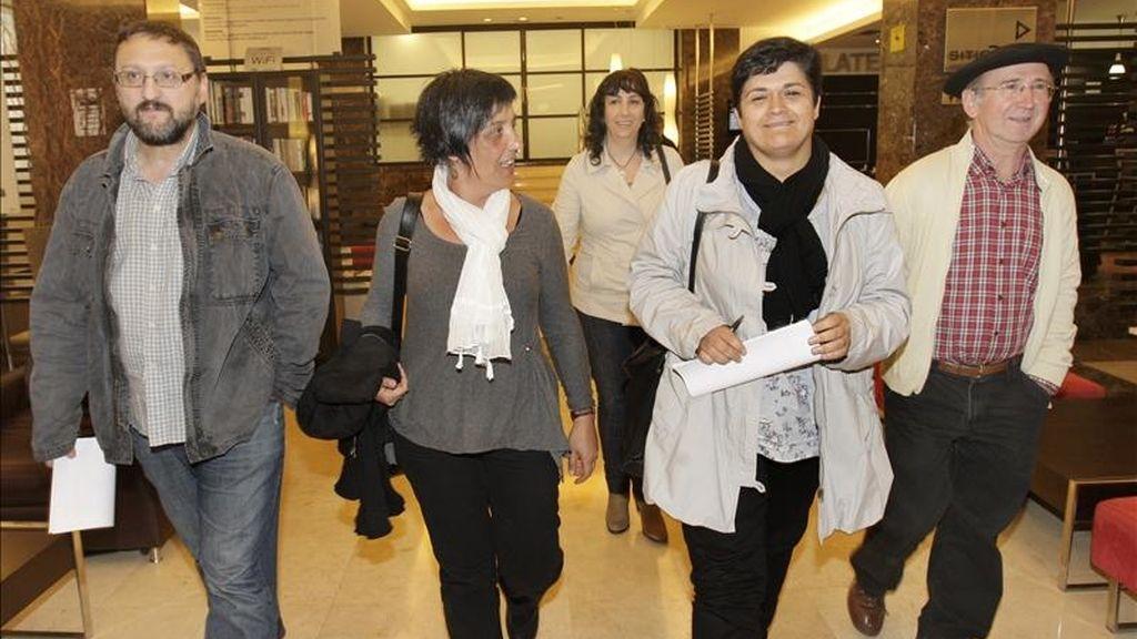 Los representantes de la izquierda abertzale (i-d) Txelui Moreno, Agurne Barroso, Amparo Lasheras, Marian Beitialarrangoitia y Tasio Erkizias, antes de la rueda de prensa que ofrecieron hoy en Bilbao. EFE