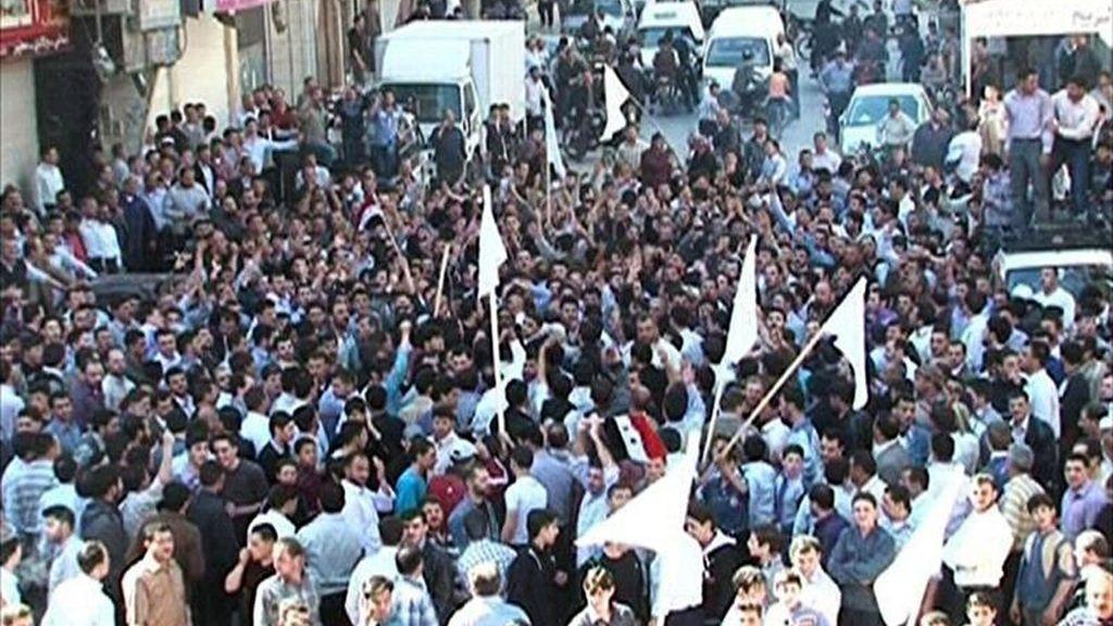 Fotografía cedida por la agencia siria de noticias SANA que muestra a centenares de opositores al régimen del presidente de Siria, Bachar al Asad, en una manifestación en el barrio de Douma cerca de Damasco, Siria. EFE