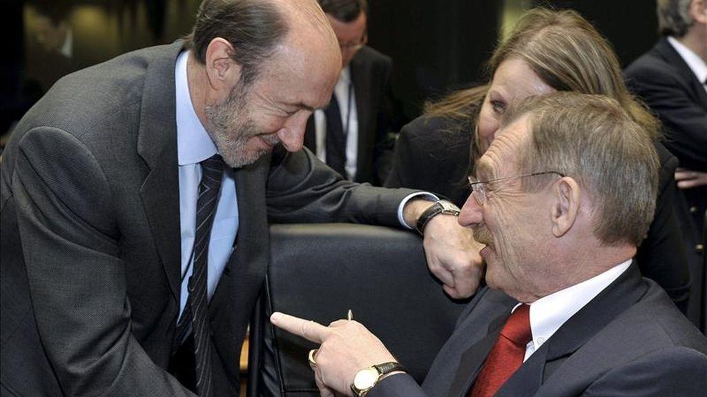 El vicepresidente primero y ministro español del Interior, Alfredo Pérez Rubalcaba (i), saluda al ministro húngaro del Interior, Sandor Pinter (d), durante el inicio de una reunión de los ministros de Interior de la UE en Luxemburgo, hoy, lunes 11 de abril de 2011. EFE