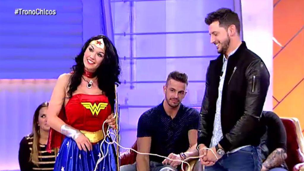 María se transforma en Wonder Woman