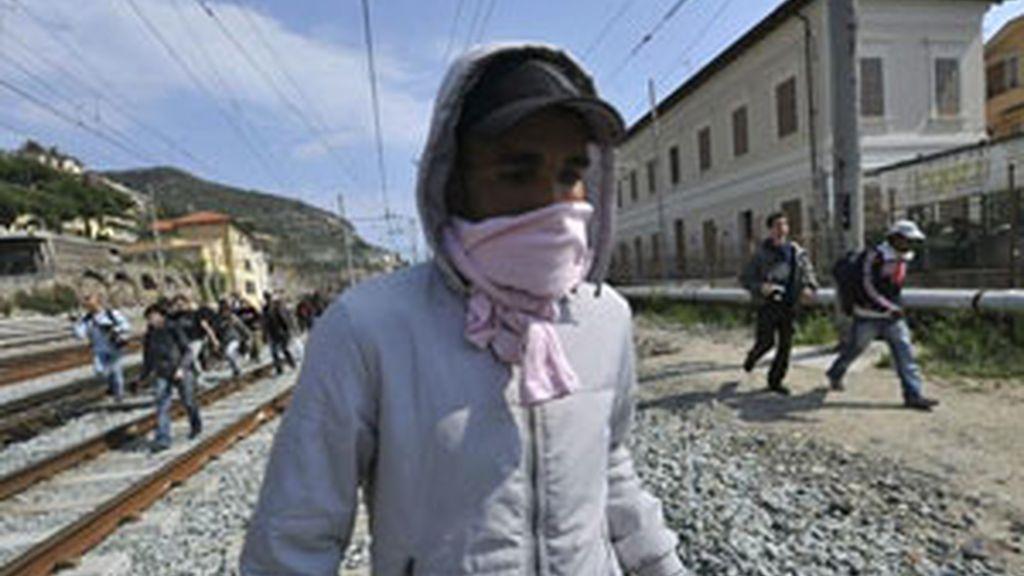 Inmigrantes y activistas italianos ocuparon las vias de la estación de trenes de Ventimiglia (Italia), para protestar contra la decisión de Francia. Vídeo: ATLAS.