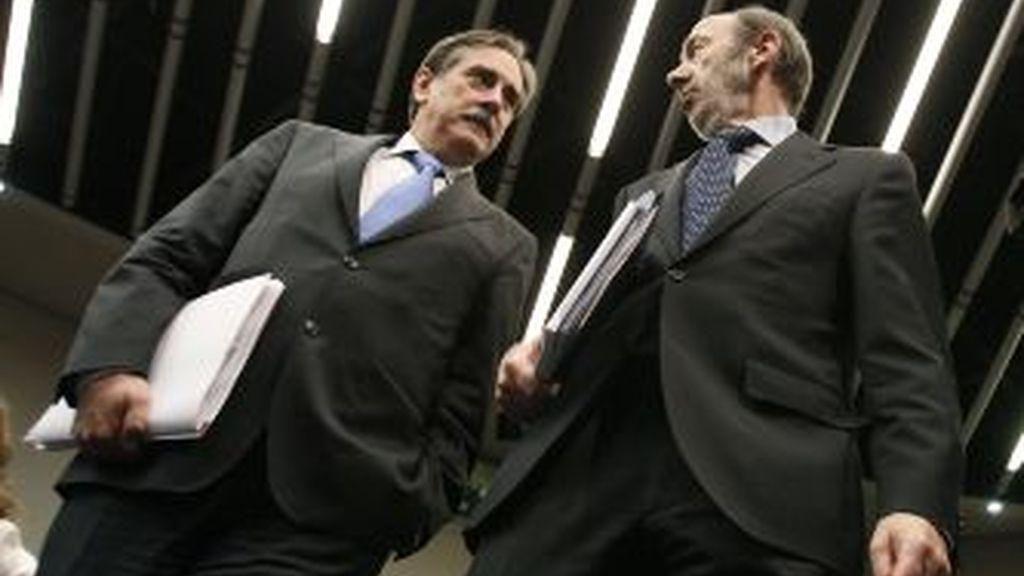 El vicepresidente primero del Gobierno, Alfredo Pérez Rubalcaba y el ministro de Trabajo, Valeriano Gómez. Vídeo: Atlas.