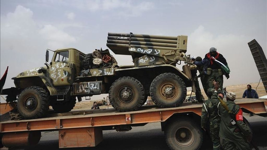 Rebeldes libios cargan un lanzamisiles en un camión en Ajdabiya (Libia). EFE