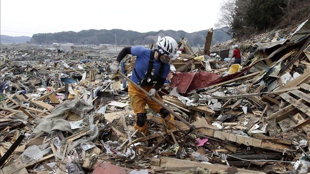 Hitoshi Abe, de 42 años , miembro del Equipo de Control de Avalanchas (ACT) busca entre los escombros en la devastada ciudad de Otsuchi, prefectura de Iwate, al noreste de Japón, en una operación de limpieza hoy, jueves 7 de abril de 2011. EFE
