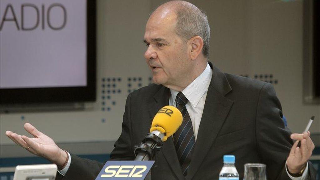 El vicepresidente tercero del Gobierno, Manuel Chaves, durante la entrevista que concedió hoy a la cadena Ser. EFE