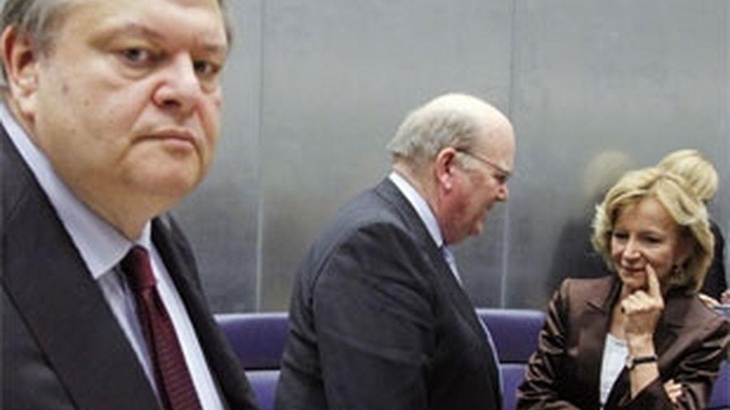 Elena Salgado habla con su homólogo irlandés, Michael Noonan cerca del ministro griego, Evangelos Venizelos. Foto: Reuters.