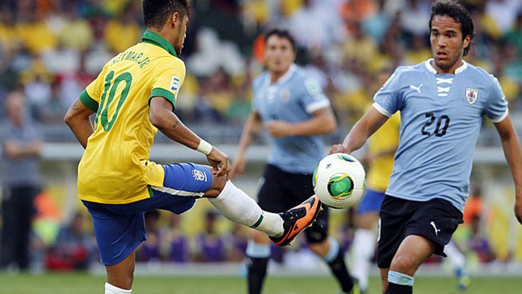 Neymar controla un balón en el partido ante Uruguay