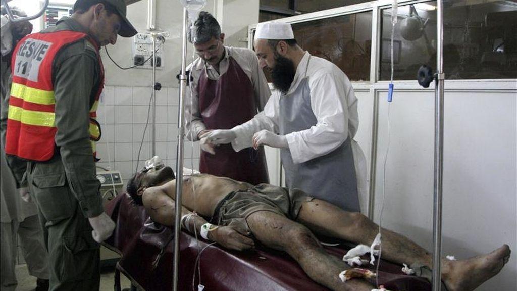 Un herido recibe atención médica en un hospital en Charsada (Pakistán) hoy, lunes, 2 de mayo de 2011. Al menos cuatro personas murieron hoy víctimas de la explosión de un artefacto en una mezquita de la ciudad paquistaní de Charsadda, no lejos del lugar donde comandos estadounidenses mataron horas antes a Osama Bin Laden, según informó esta madrugada el presidente estadounidense Barack Obama. EFE