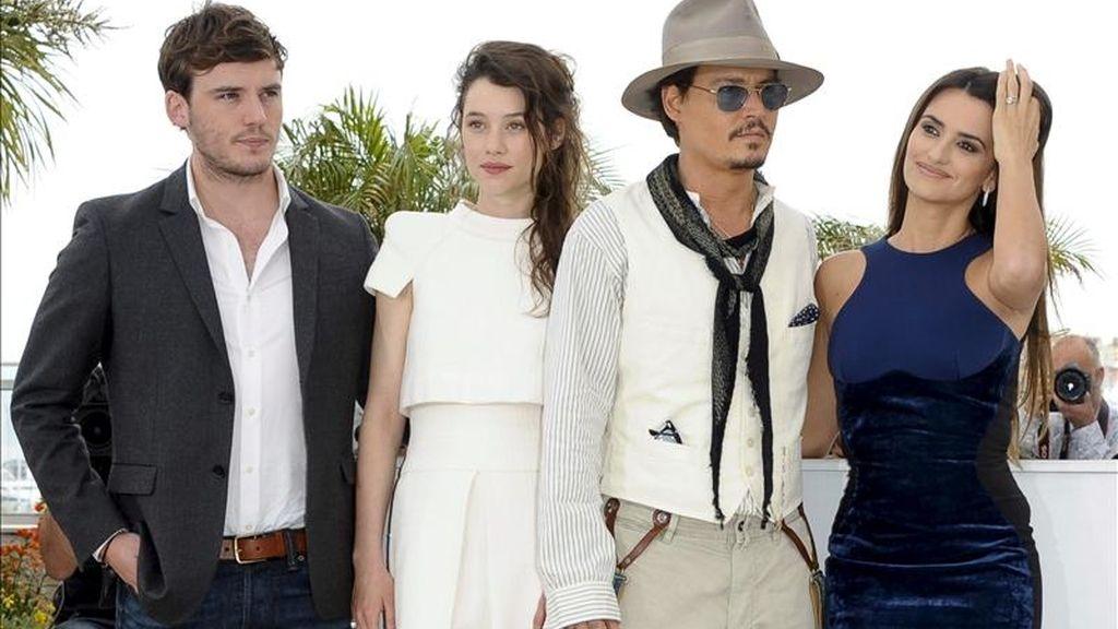 """El actor estadounidense Johnny Depp (2-d) y la actriz española Penélope Cruz (d) posan con sus compañeros de reparto, la francesa Astrid Berges-Frisbey y el británico Sam Caflin, durante el pase gráfico de la cuarta entrega de """"Piratas del Caribe"""" en la 64ª edición del Festival de cine de Cannes (Francia), hoy. EFE"""