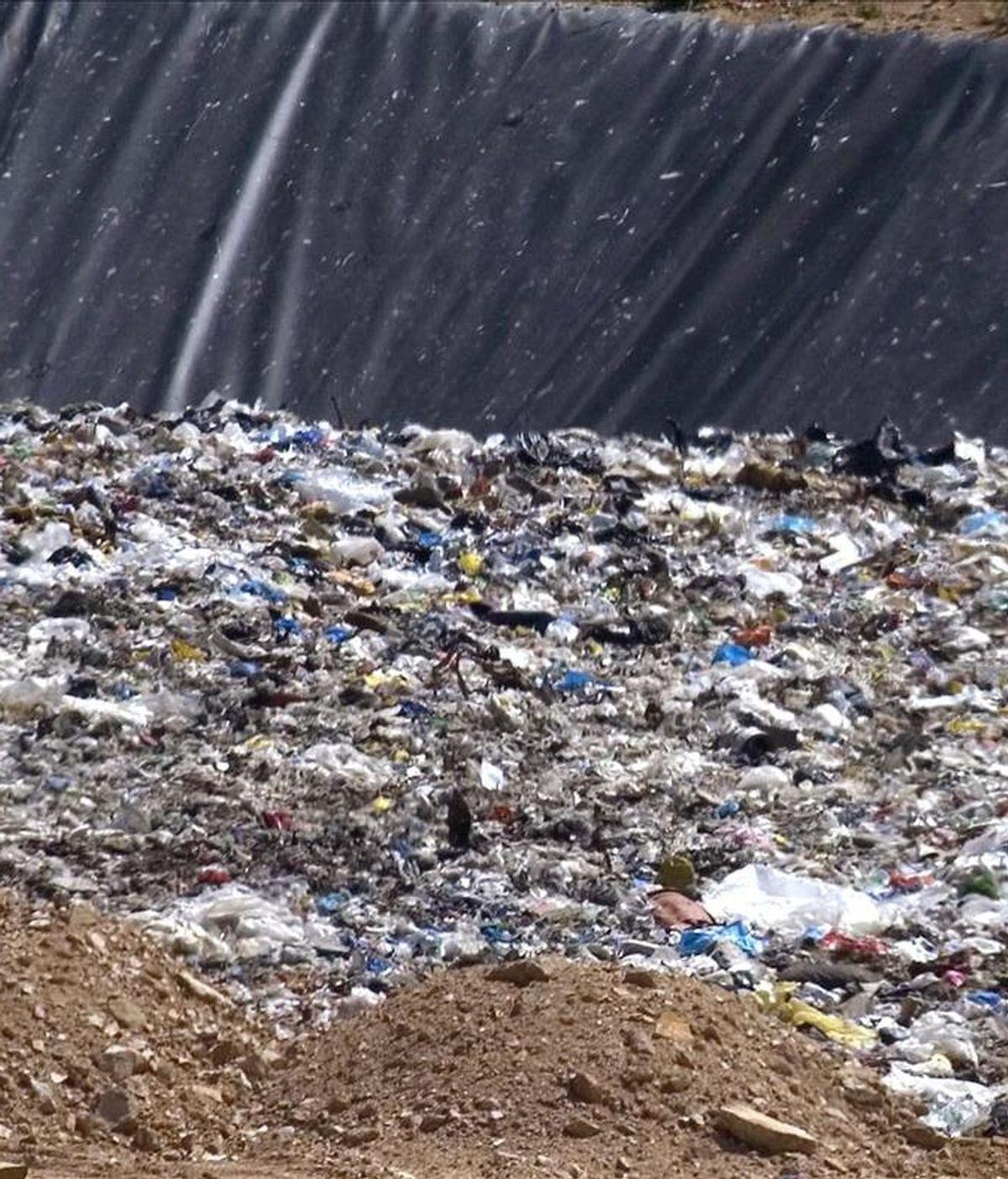 A pesar de las tasas de recuperación de materiales como el papel y el vidrio, más del 50% de los residuos urbanos acaba en los vertederos y la cantidad de basura generada por los españoles continua superando con creces a la media europea. EFE/Archivo