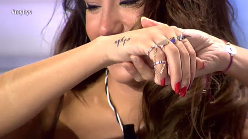 Steisy se tatúa las iniciales del programa