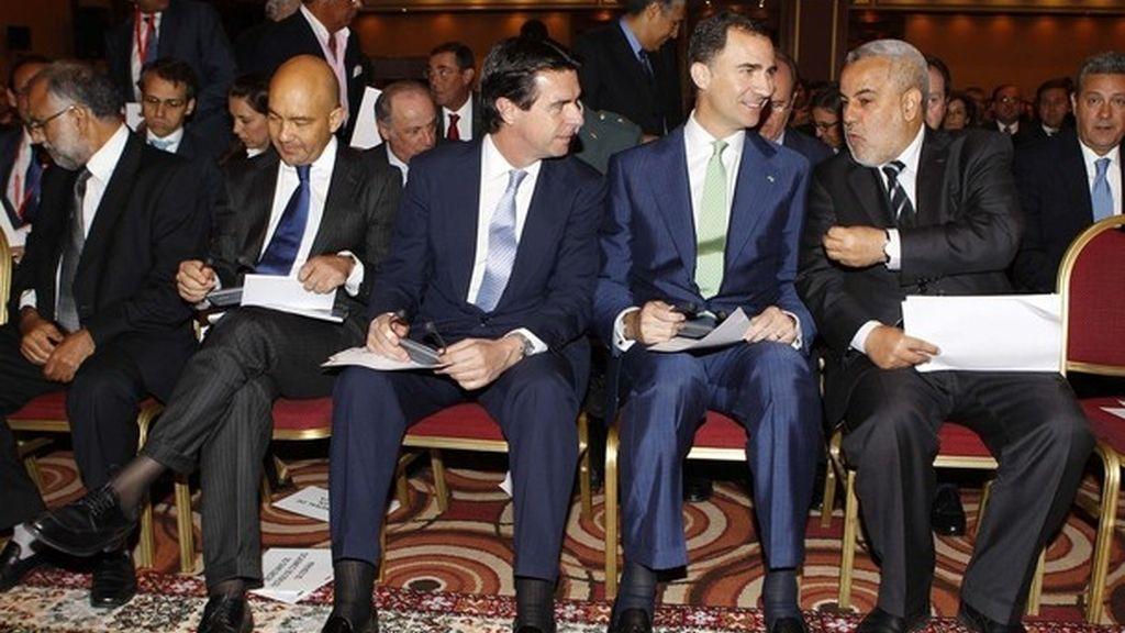 El príncipe Felipe habla con el presidente del Gobierno de Marruecos, Abdelilah Benkirane