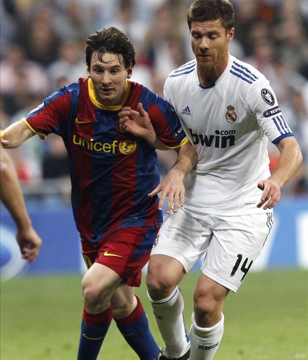 El delantero argentino del FC Barcelona Lionel Andrés Messi (i) y el centrocampista del Real Madrid Xabi Alonso luchan por el balón durante el encuentro, correspondiente a la ida de la semifinal de la Liga de Campeones, en el estadio Santiago Bernabeu, en Madrid. EFE
